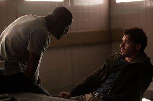 Sean Briar (Idris Elba, l.) verhört Michael Mason (Richard Madden, r.)